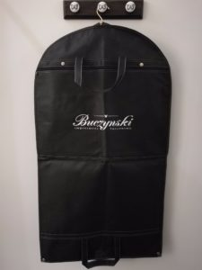 Jak spakować garnitur do walizki?