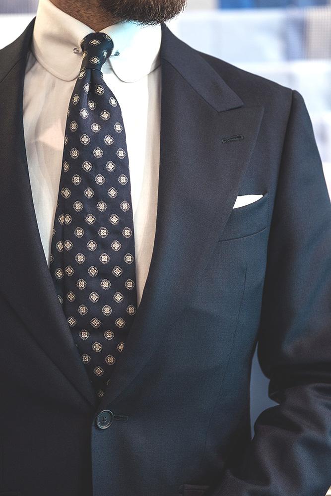 696ab13fc3c02 Garnitur ślubny o fasonie jednorzędowym to klasyka klasyki – najbardziej  uniwersalny garnitur, jaki mężczyzna może mieć w swojej szafie.