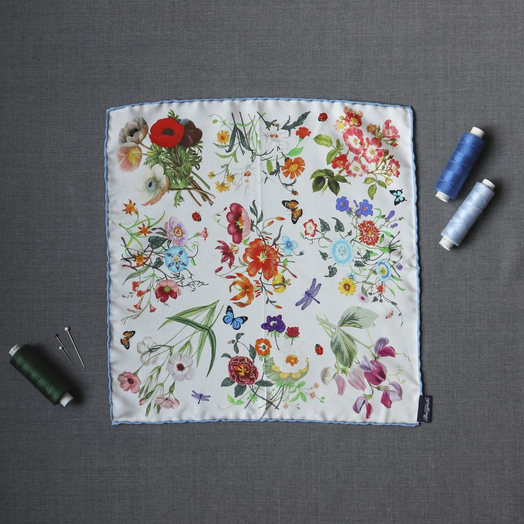 biala-jedwabna-poszetka-kwiaty1
