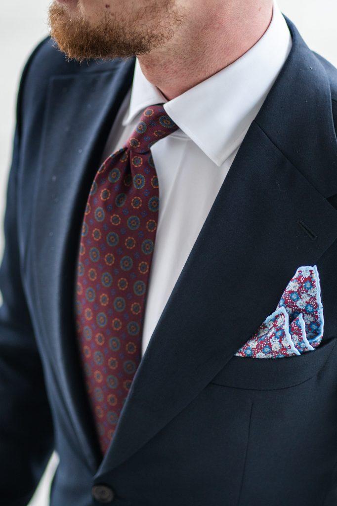 granatowy-garnitur-biznesowy-biala-koszula-kontrast-twarzy17