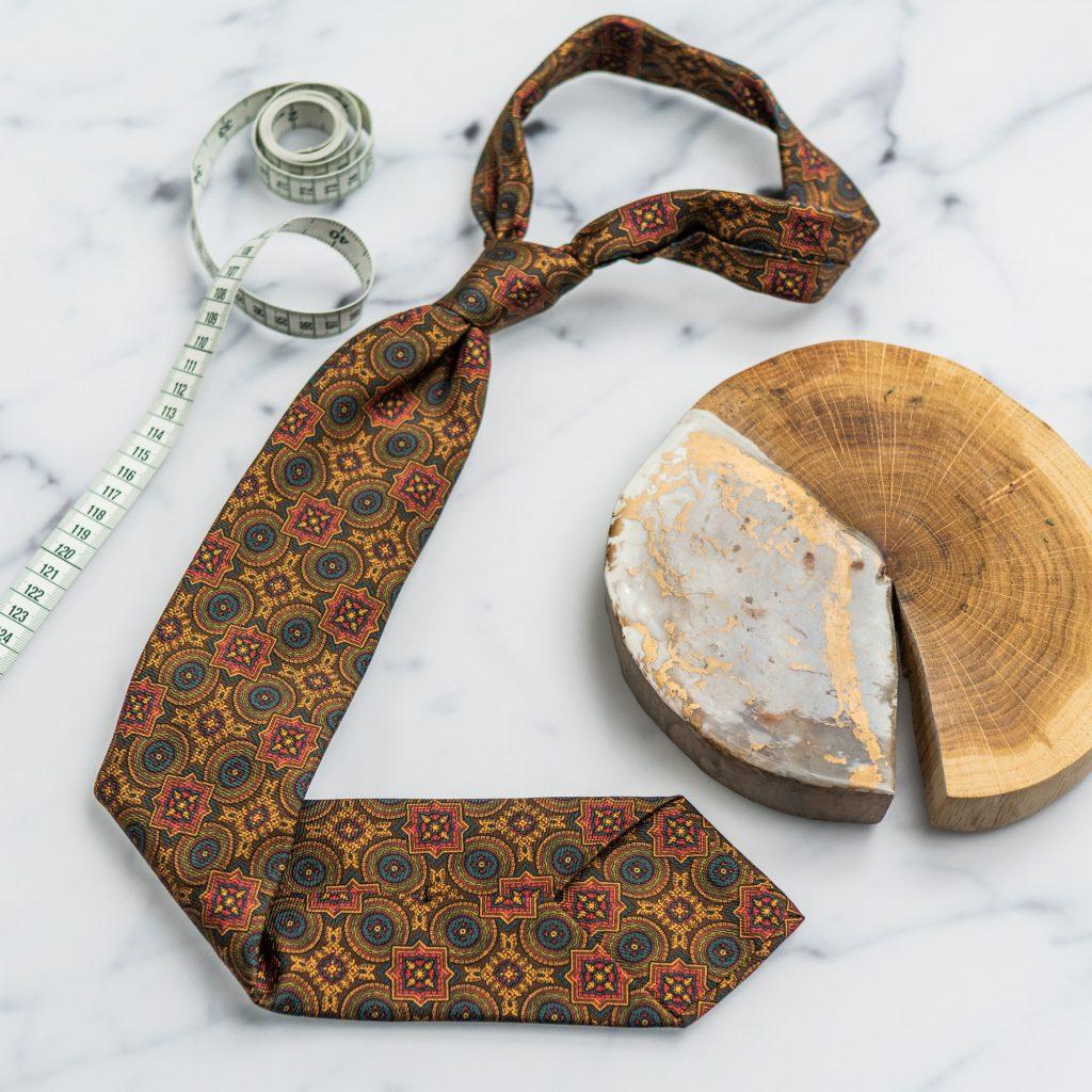 zloty-krawat-jedwabny-w-makrowzor1