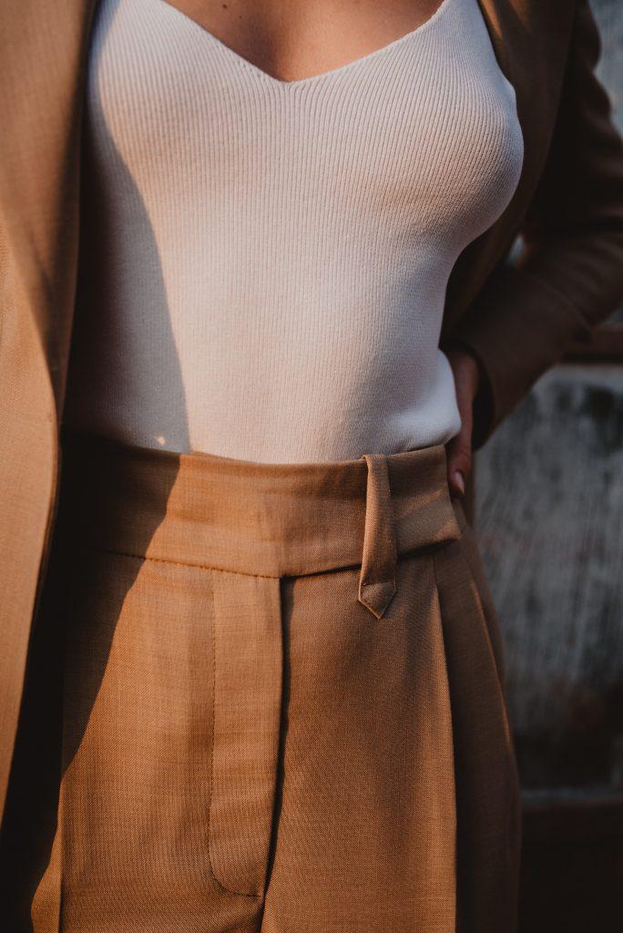 damski-garnitur-bezowy-welna-marynarka-spodnie-wysoki-stan33